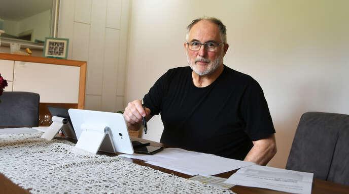 Siegfried Lehmann arbeitet an zwei Tablets und zwei Handys gleichzeitig, wenn er Impftermine bucht