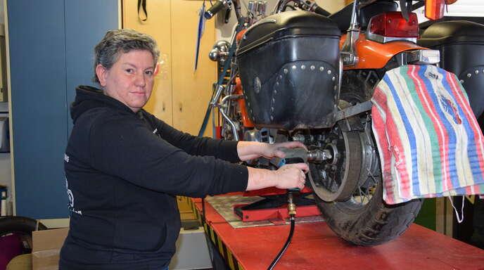 Ilona Pfeiffer erledigt bei einer Suzuki LS650 den Kundendienst.