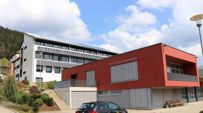 Es ist nur ein Katzensprung zwischen Schule und Feuerwehrhaus in Fischerbach:Ab der kommenden Woche wird das Fischerbacher Feuerwehrhaus (im Vordergrund) auch für den Unterricht der Grundschüler genutzt.