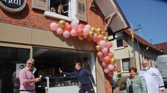 Bürgermeister Markus Vollmer (links) mit den Eismachern der Familien Del Favero und Torregrossa. Café-Betreiberin Elena Torregrossa grüßt von oben aus dem Fenster.