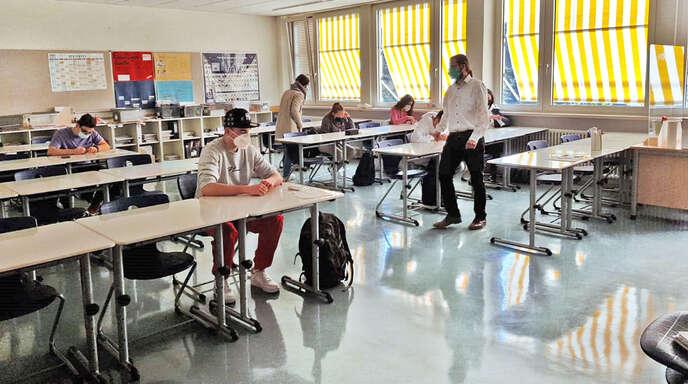 Konrektorin Janna Schulz und Englischlehrer Christoph Albrecht betreuen die Schüler der Werk-realschule, nachdem sie sich selbst getestet haben, beim Testvorgang.