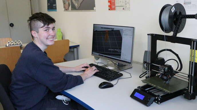 Begeistert sich für Technik: Auszubildende Maria Hund am 3D-Drucker der Firma Franz H. Bruder GmbH.