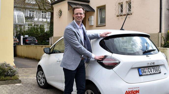 """Geschäftsführer des Caritasverbands Offenburg-Kehl, Kai Möschle, freut sich über das neue E-Auto, das """"Spaß macht"""", wie er findet."""