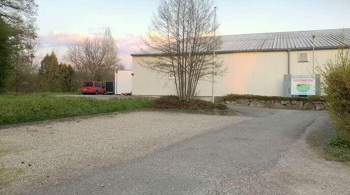 Die in Privatbesitz befindliche Nesselrieder Tennishalle soll künftig zum Teil auch durch ein benachbartes Unternehmen genutzt werden. Zudem soll auf dem Parkplatz davor privater Wohnraum geschaffen werden.