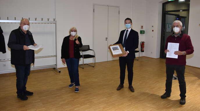 Die Initiatoren des Bürgerbegehrens übergaben dem Bürgermeister auf der Gemeinderatssitzung die Unterschriften. Von links: Hans-Wolfgang Brassel, Friedegard Schäfer, Bürgermeister Christian Huber und Michael Rolke.