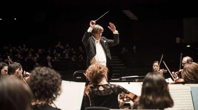 Marco Letonja dirigiert die Straßburger Philharmoniker.
