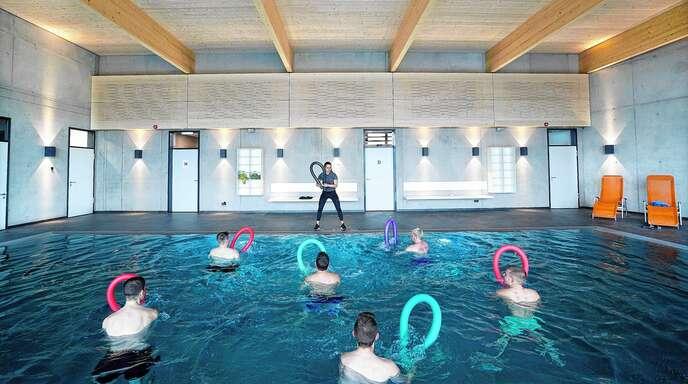 Wassergymnastik, Aqua-Power oder Aquabiking schonen die Gelenke und fördern den Muskelaufbau.