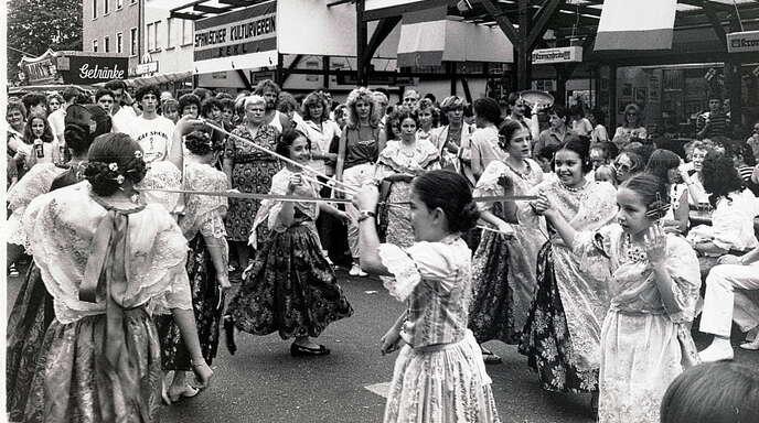 Menschentrauben bilden sich in den Anfangsjahren vor dem Messdi-Stand der Kehler Spanier, wenn Folkloregruppen ihre Tänze auf der Hauptstraße vorführen.