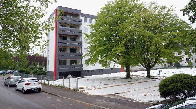 Auf dieser mit der Plane abgedeckten Fläche an der Kandelstraße soll ein weiteres Mehrfamilienhaus entstehen. Doch ein Beschluss darüber wurde nun erst einmal vertagt.