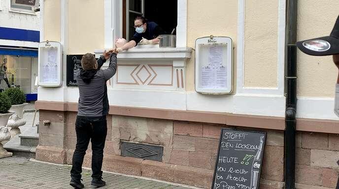 """Cristina Richter vom Restaurant """"Schwert"""" verschenkte am Samstag ihre Pizzen – aus Protest gegen den gefühlt endlosen Gastro-""""Lockdown""""."""