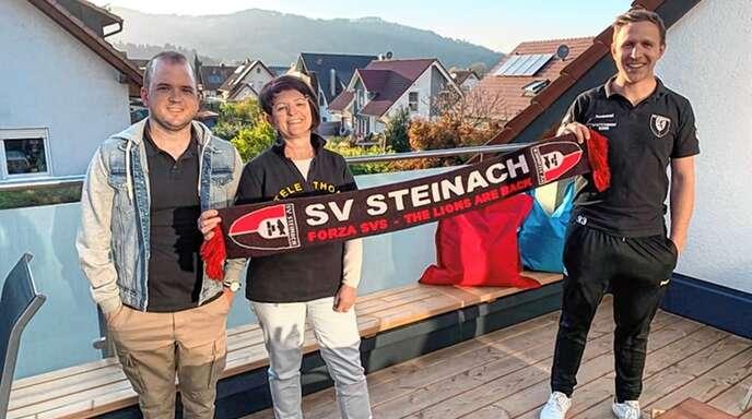 Spende übergeben (von links): Patrick und Sabine Leopold bedankten sich bei Martin Buchholz.