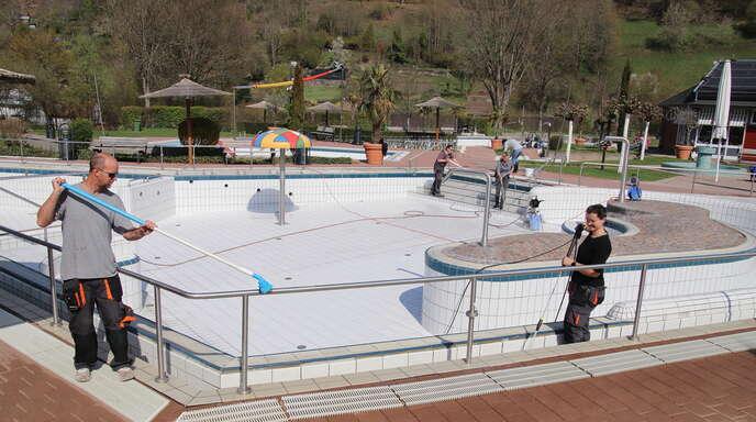 Das Oppenauer Schwimmbad macht sich für die Wiedereröffnung bereit. Bei der Reinigung, links Manuel Vetter, rechts Pia Rießle.