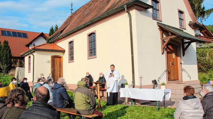 Mit einem Abendlob eröffnete Pfarrer Markus Fischer den Marienmonat Mai im Freien vor der St. Barbara-Kapelle.