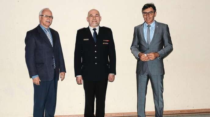 Nach 10 Jahren an der Spitze der Erlacher Feuerwehr stellte sich Abteilungskommandant Siegmund Kohler (Mitte) nicht mehr der Neuwahl. Ortsvorsteher Herbert König (links) und Bürgermeister Bernd Siefermann (rechts) dankten ihm für seinen Einsatz.
