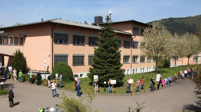 150 Bürger bildeten zuletzt eine Menschenkette um das Oberkircher Krankenhaus, um gegen dessen drohende Schließung zu protestieren.