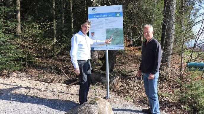 Fischerbachs Bürgermeister Thomas Schneider (links) und Organisator Herbert Heine informierten über die Fertigstellung des Sagenrundwegs.