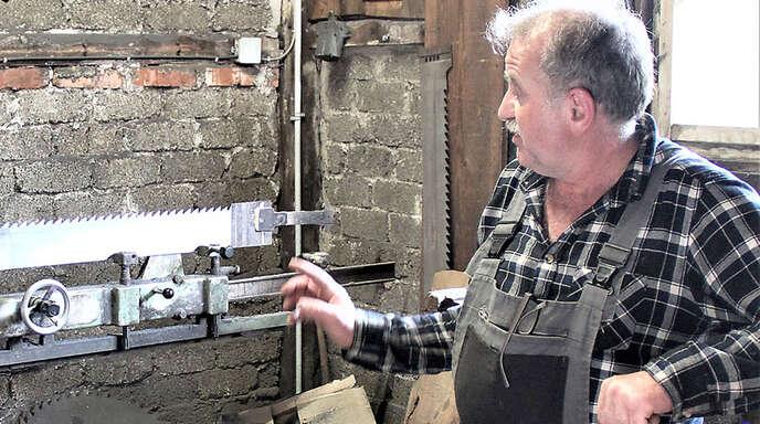 Karlheinz Mußler aus Bermersbach zeigt das ganz wichtige Schärfegerät für die stark beanspruchten Sägeblätter.