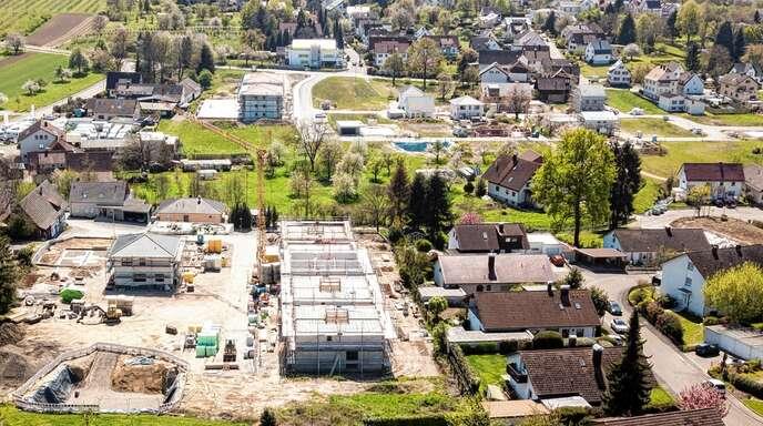 """Mit der Erschließung des Neubaugebietes """"Kirchwegfeld"""" (hinterer Bereich) durch die Gemeinde und des """"Areals Häusler"""" (vorne) durch einen privaten Investor wird in Sasbach lange gewünschter Wohnraum ermöglicht."""