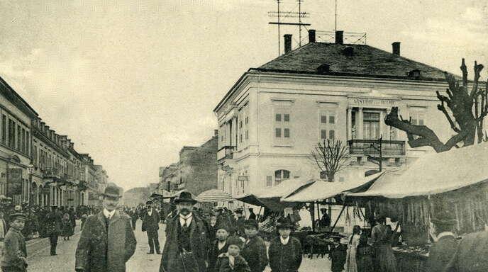 """Im 1. Teil der """"Marktgeschichten""""-Serie geht es um die Blechkarossen-Kulisse vor dem Portal derKirche. Und die wichtige Rolle der Straßburger Obst- und Gemüsehändler in den 1920er-Jahren."""