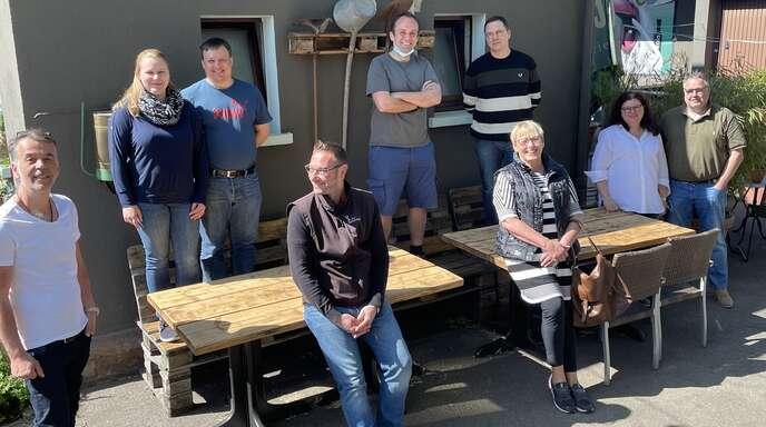"""Sie veranstalten die """"Radler-Sause"""" (von links): Mirko Sansa, Sarah und Dennis Polley, Marc Geiler, Marc und Ute Needell, Jan Göbel und Sandra und Frank Erhardt."""