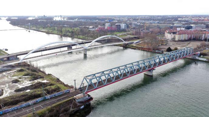 Vier Brücken überspannen zwischen Kehl und Straßburg den Rhein. Über die Trambrücke (die zweite von rechts) verkehrt seit April 2017 die Linie D des Straßburger Tramnetzes. Der grenzüberschreitende ÖPNV im Eurodistrikt soll weiter ausgebaut werden.