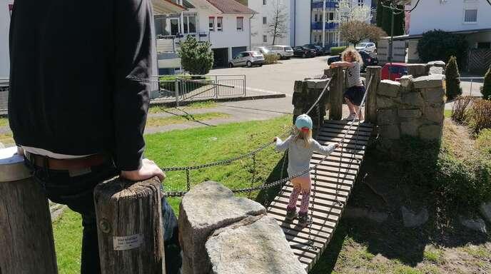 Maja, Leni und Stefan Baumbach auf demSchmelze Spielplatz.