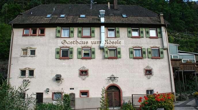 """Das """"Rössle"""" an der B33 in Niederwasser - hier aus der Sicht vom Dorf aus - steht wieder zum Verkauf."""