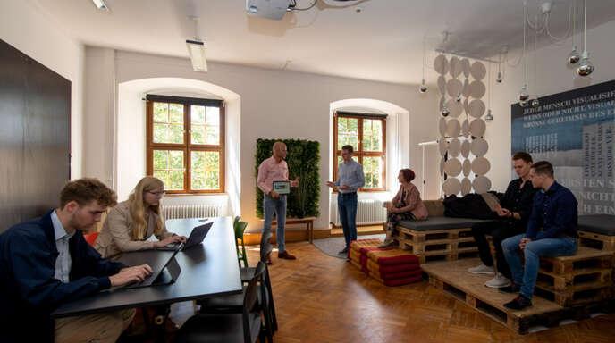 Andreas Klasen (Dritter von links) möchte im neuen Bachelor-Studiengang Wirtschaftspsychologie mit den Studierenden dem Zusammenspiel von Mensch und Wirtschaft auf den Grund gehen. Foto: Hochschule Offenburg