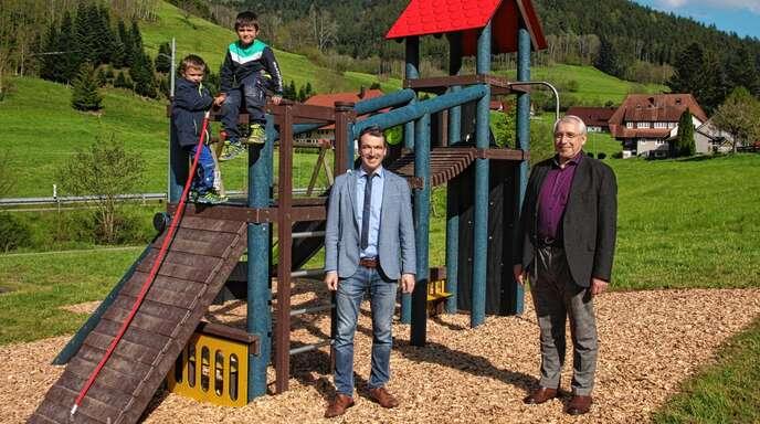 Bürgermeister Thomas Geppert dankte Günter Kech (rechts) und dessen Frau Waltraud für die Erweiterung des Spielplatzes am Bollenhut-Talwegle Kirnbach mit einem neuen großen Klettergerüst.
