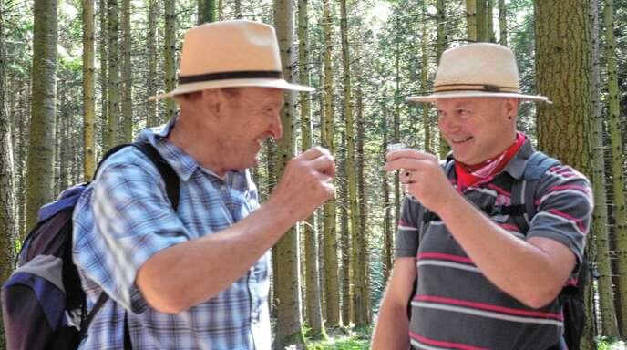 Mit etwas Wehmut denken dieser Tage Martin Lietzau (rechts)als Organisator und Wanderführer und sein Vorgänger Alois Krafczyk zurück an Hansjakob-Wanderwochen vergangener Jahre.