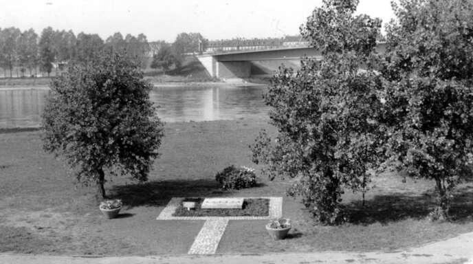 """Der """"Europa-Stein"""" wurde 1964 enthüllt. Das Foto entstand kurz danach. Nun soll eine Infotafel angebracht werden."""