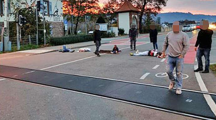 Über der Fahrbahn liegende Menschen sorgten am 12. November vergangenen Jahres in Gengenbach für Aufsehen.
