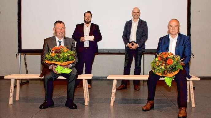 Karl Benz (vorne links) und Emil Klaus (vorne rechts) erhielten zum Abschied von WG-Geschäftsführer Stephan Danner (hinten links) und dem neuen Vorstandsvorsitzenden Siegfried Wörner ein Ruhebänkle mit Namenszug.