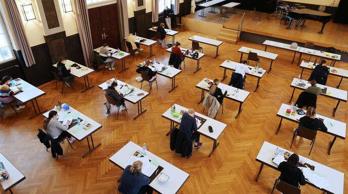 Blick in den Schillersaal, wo am Dienstag die Prüflinge des Schiller-Gymnasiums mit Mundschutz und viel Abstand zur Deutschprüfung antraten.