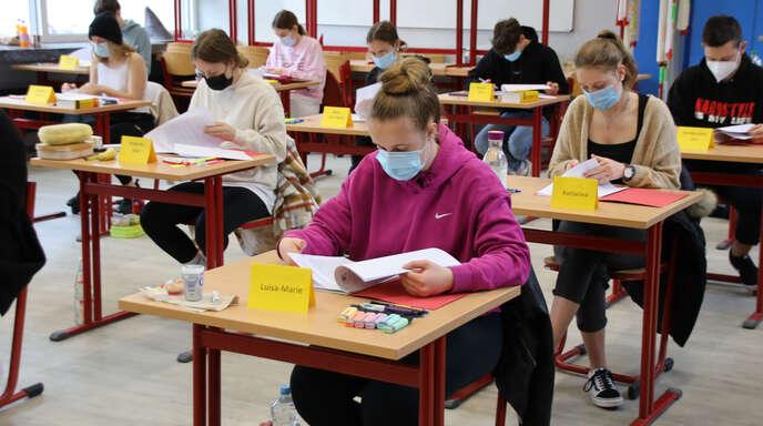 Mit dem Prüfungsfach Deutsch begann am Dienstag das Abitur 2021, wobei Schüler an Allgemeinbildenden Gymnasien das erste Abitur nach der neuen Oberstufenreform schreiben, hier Schüler des Beruflichen Gymnasiums der Heimschule Lender.