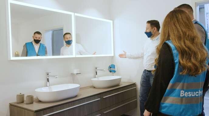 Kompetente Beratung und Produkte zum Anfassen: Die Badausstellung lädt zum persönlichen Austausch ein.