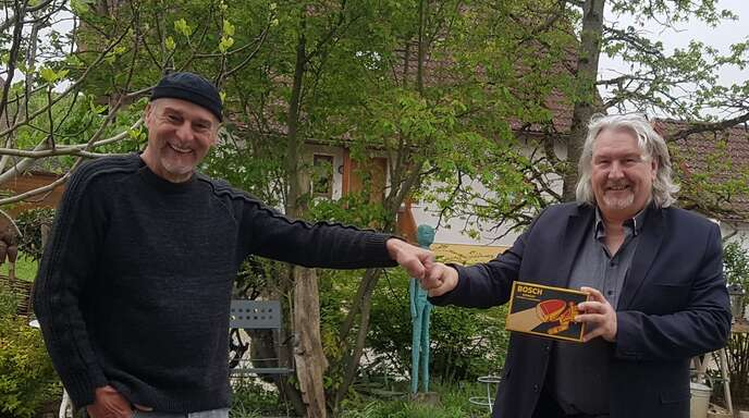 Zehn Jahre hat Tom (rechts) mit dem Öffnen seines Geschenks zum 50. gewartet.
