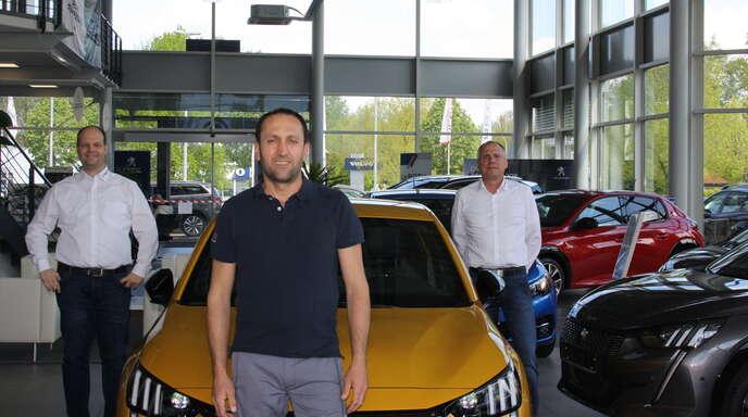 Autohaus-Chef Markus Roth (links) und Standortleiter Jürgen Borst (rechts) freuen sich den erfolgreichen Azubi Mustafa Baran.