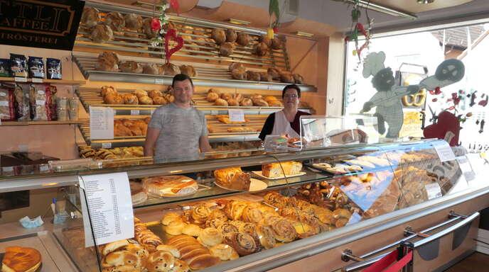 """Bäckermeister Thomas Doll und Verkäuferin Jutta Federer freuen sich auf viele Kunden in der neuen """"Hasler Beck""""-Filiale in Legelshurst"""