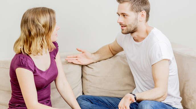 Corona und der Lockdown können die Paarbeziehung belasten: Richtig problematisch wird es allerdings nur, wenn die Beziehung schon vorher belastet war. Und Paare können auch gestärkt aus der Krise hervorgehen.
