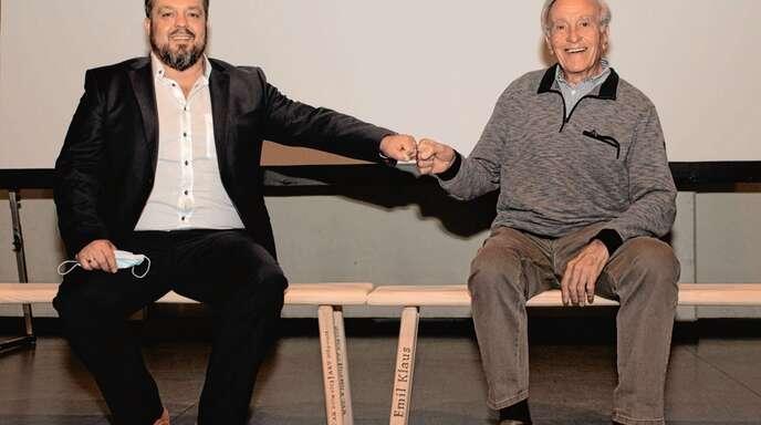 WG-Chef Stephan Danner (links) gratuliert Andreas Werner, der seit einem halben Jahrhundert treues Mitglied der Winzergenossenschaft ist.