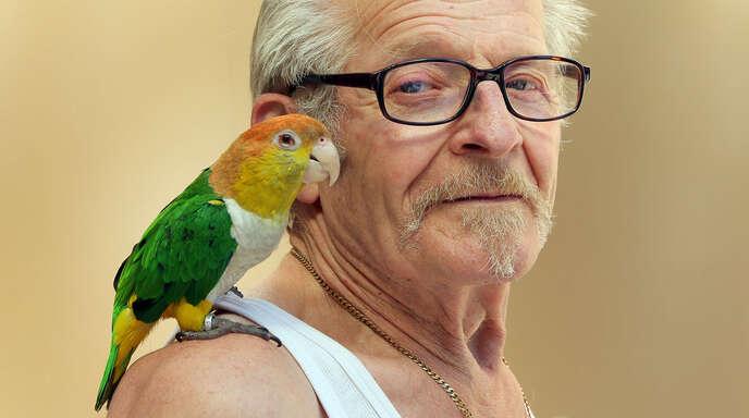 """Eugen Adler und sein Papagei Giaccomo waren ein echter Hingucker. Nun ist der """"Vogelvater"""" gestorben."""