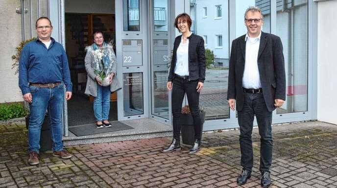 Seit 55 Jahren hält Renate Pöhlandt (Zweite von links) dem Steuerbüro die Treue. Ingo und Ines Lichtenberg (von rechts) und Wolfgang Mayer (links) freuten sich mit der Jubilarin.