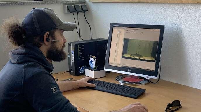 Fisch-Monitoring an der Kinzig in Willstätt:Die Kameras in den Monitoring-Stationen zeichnen nur die Sequenzen auf, in denen Fische durch die Station schwimmen. Chris Pardela kann sowohl in seinem Büro als auch im Überwachungsraum am Wasserkraftwerk die Sequenzen verfolgen