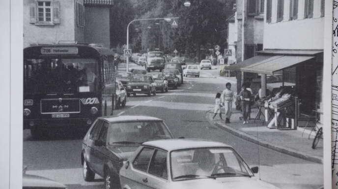 Schichtwechsel bei Hukla bedeutete für die Stadt morgens und abends ein Verkehrschaos, vor allem an Bergers Eck. Die Autos stauten sich in der Leutkirchstraße bis an die Fabrik. War dann noch die Bahnschranke geschlossen, gab es kein Durchkommen mehr.