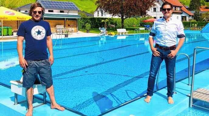 Das Kappelrodecker Schwimmbad steht in den Startlöchern (von links): Bademeister Yanis Lamm und Bürgermeister Stefan Hattenbach.