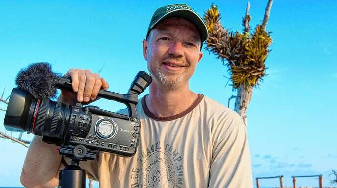 """Heiko Beyer beim Filmen an einem Mangrovenstrand nahe Cancun. Er zeigt in der Eventreihe """"Kinzigtal Weltweit"""" am Donnerstag, 20. Mai, um 19.30 Uhr seine Multivisionsshow über Mexiko."""