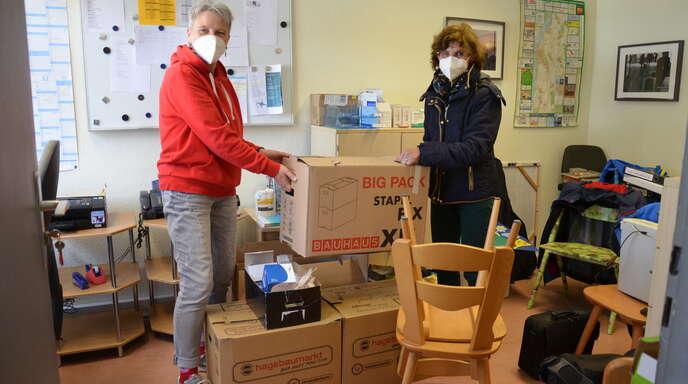 Ute Feibicke-Vogt, Leiterin der Bahnhofsmission (links), packt schon die Kartons für den Auszug der Bahnhofsmission am Gleis 1 zum 1. Juni 2021. Obdachlosenärztin Dr. Barbara Hillenbrand hilft ihr.