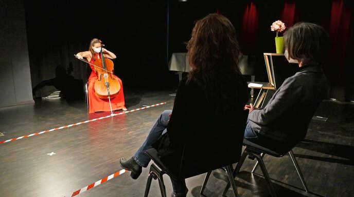 """Intimer Rahmen mit Abstand und Maske: Cellistin Natalia Dauer und Publikum beim """"Tête à Tête""""-Konzert am Samstagabend."""