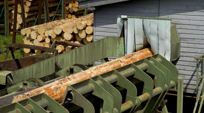 Der Mangel an Baustoffen betrifft inzwischen nicht nur das Holz. Auch Stahl und Sand sind für die Firmen bereits knapp und teurer geworden.